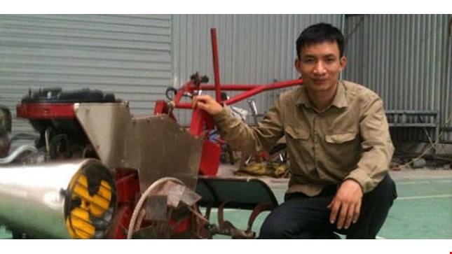 Tạ Đình Huy bên cạnh chiếc máy do anh chế tạo.